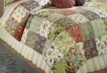 Bett-Tagesdecke-Blumenmuster-Eisen-Gestell-Schlafzimmer-Landhausstil-einrichten