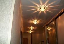 Tochechnyj-svetilnik-v-koridore