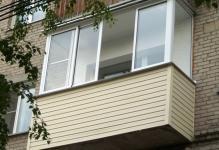 vneshnyaya-otdelka-balkona-saydingom