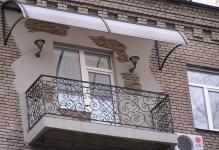 na-foto-kozyrek-nad-balkonom-poslednego-etazhaeto-ne-prihot-a-ne