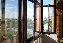 osteklenie-balkona-alyuminievyimi-oknami