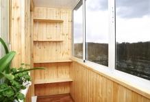 Nebol-shoj-balkon-s-derevyannoj-otdelkoj