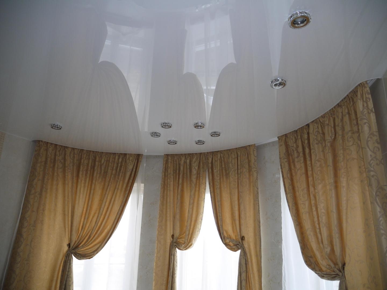 Натяжной потолок с карнизом для штор фото