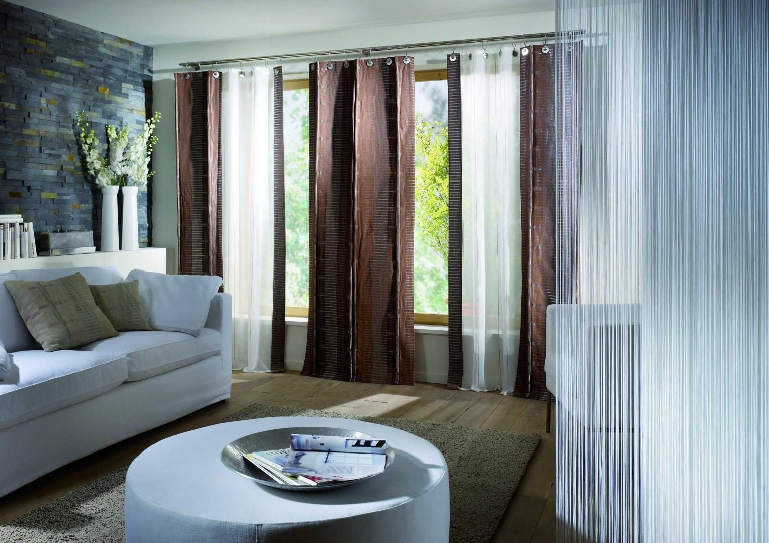 Оформление окна шторами в гостиной фото