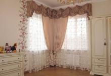 Okna-v-uglu-detskoj-v-romantichnom-vintazhnom-stile-priyatnaya-vzoru-kompozitsiya