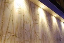 stena-iz-dekorativnoj-shtukaturki-s-podsvetkoj