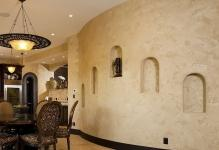 stena-s-poverhnostyu-iz-dekorativnoj-shtukaturki