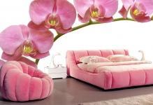 fotooboi-3d-s-rozovymi-orhideyami-v-interere-spalni