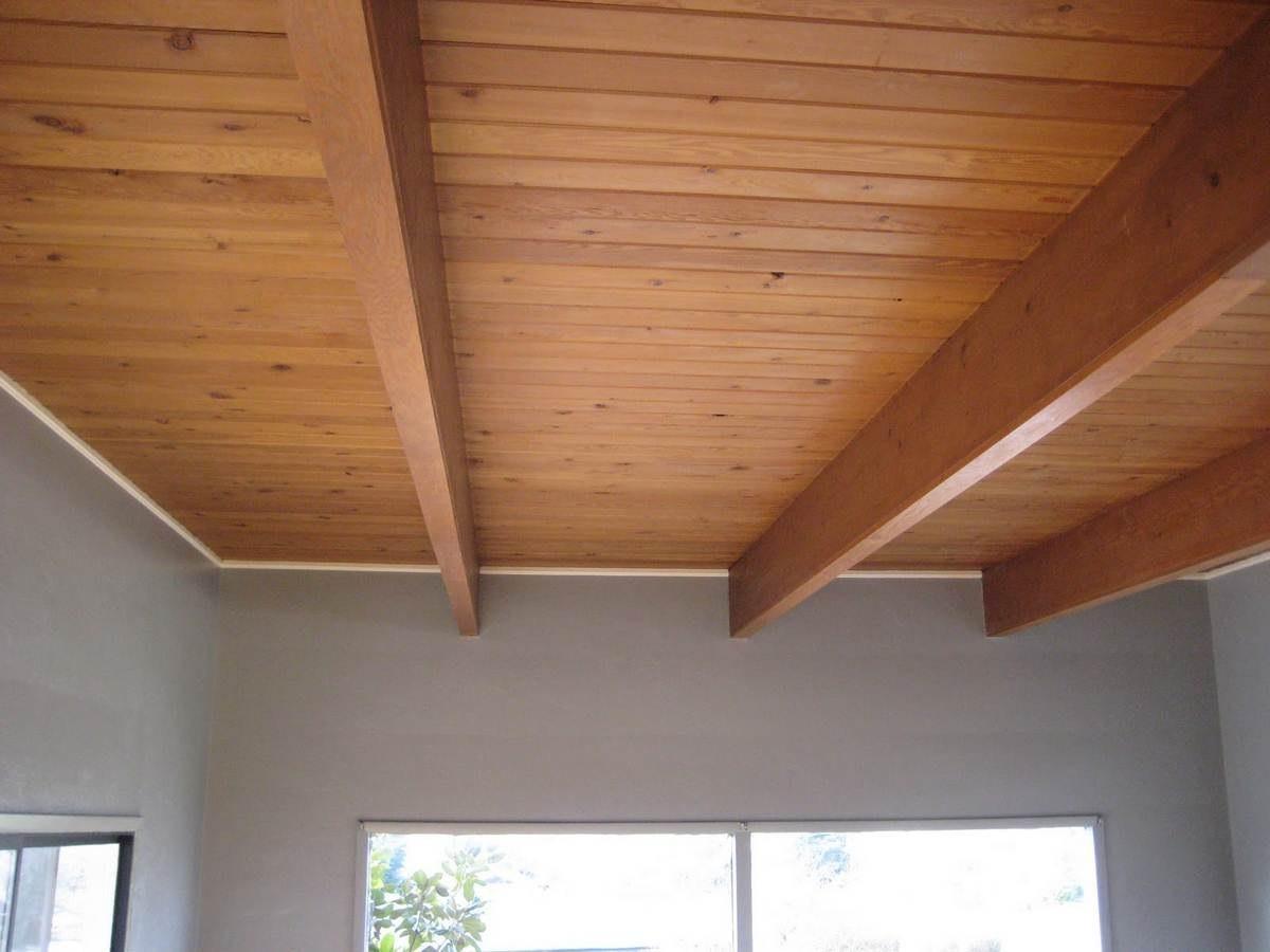 потолок из вагонки в деревянном доме фото