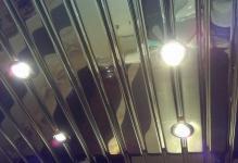 reechnyj-potolok-so-svetilnikami-
