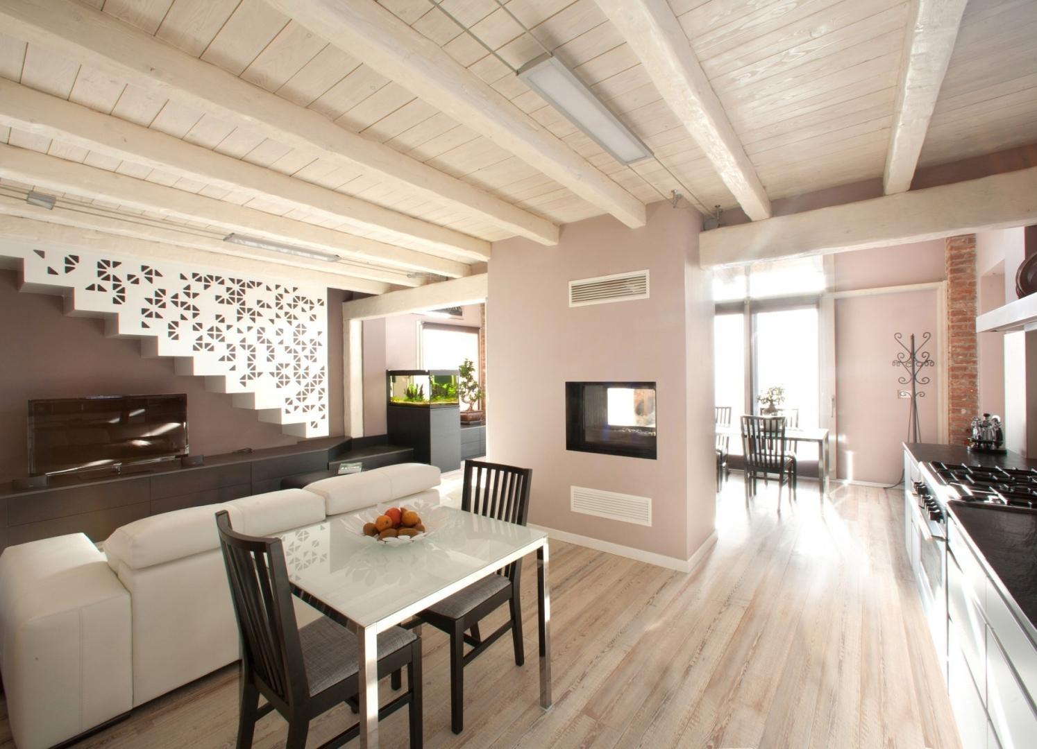 Деревянный потолок в квартире фото