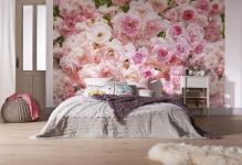 fotooboi-rozovye-rozy-v-interere-svetloy-spalni
