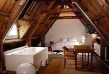 Деревянные балки на потолке в интерьере