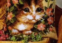 podushka-pn-0008527-238-kotenok-v-cvetah