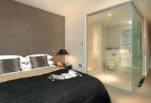 bedroom-hotel-transparent-bathroom-inspiration