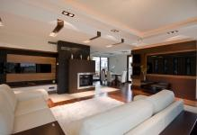 Fantastic-design-spacious-living-room-with-white-sofa-and-modern