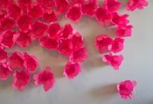 diy-scattered-flowers-as-a-cool-wedding-backdrop-decoration-1