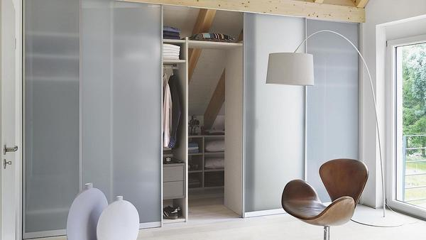 Угловые гардеробные с раздвижными дверями обладают массой преимуществ: имеют привлекательный внешний вид и скрывают содержимое гардероба от посторонних глаз