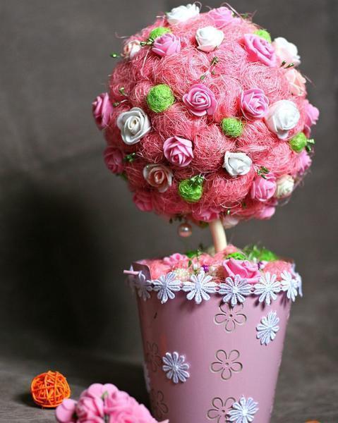 Декорировать воздушный топиарий можно практически любыми предметами, включая цветы, фрукты и другие украшения