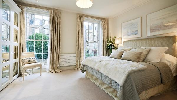 Создать уютную атмосферу в спальне помогут стильные шторы и предметы декора