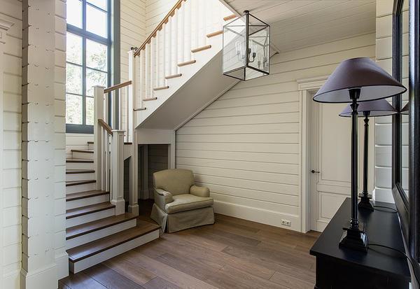 Желательно сделать лестницу, гармонично вписывающуюся в интерьер