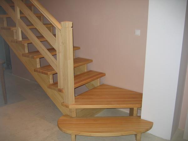 Для строительства деревянной лестницы понадобятся 2 человека