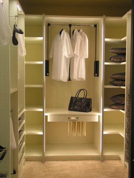 Даже из маленькой кладовой комнаты может получится прекрасная гардеробная