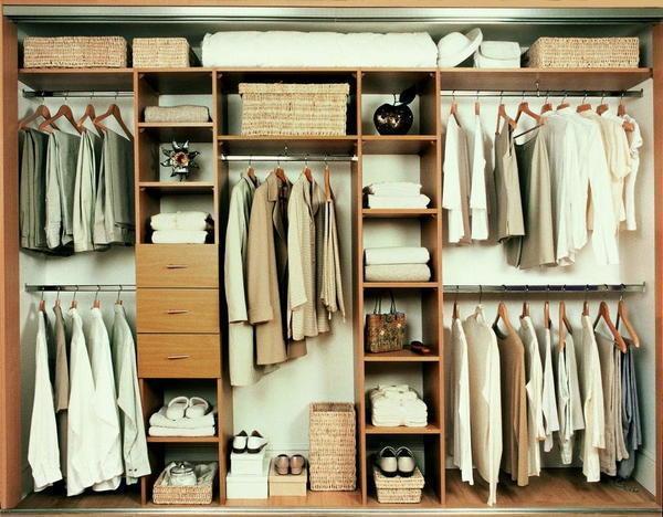 Чтобы гардеробная в хрущевке была функциональной, в ней следует разместить пантограф, галстучницу и брючницу
