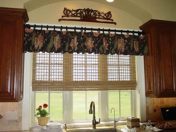 Стильно оформить окно шторами можно, сшив их своими руками
