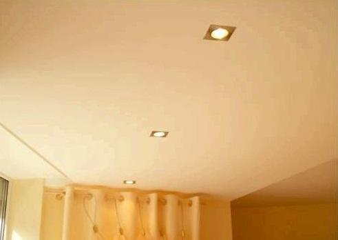 """Одноуровневый подвесной потолок - идеальный вариант для маленького помещения, так как не """"съедает"""" пространство"""
