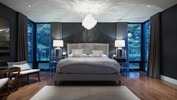 Базовое освещение в спальне обычно представлено потолочной люстрой. Такой вариант должен быть функциональным и ненавязчивым