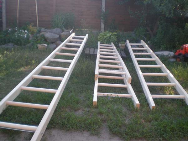 Используя качественные деревянные бруски, можно своими руками быстро и легко смастерить простую переносную лестницу