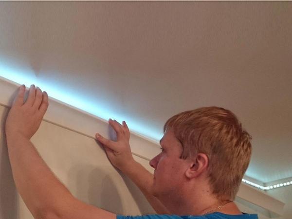 При монтаже подсветки натяжного потолка по периметру светодиодную ленту маскируют с помощью специального плинтуса