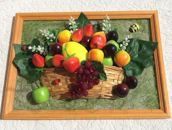 Панно из искусственных фруктов как нельзя кстати подойдет для украшения кухни