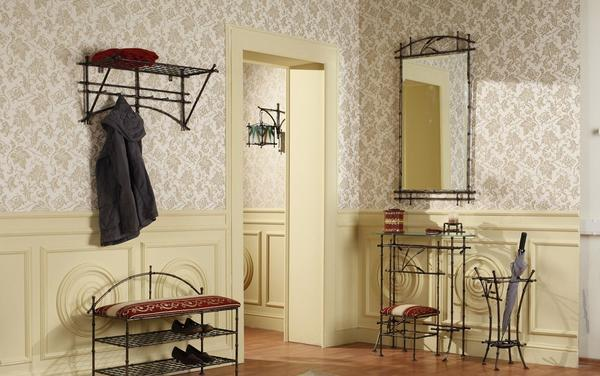 Кованная скамейка хорошо впишется в интерьер, сделанный в классическом стиле