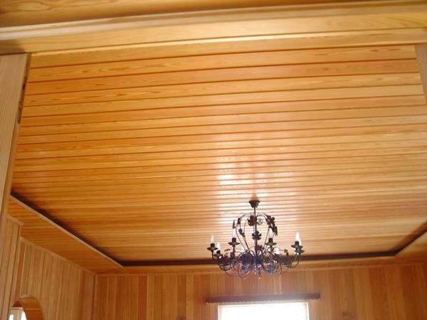 Прекрасным вариантом для оформления потолка на дачных участках является вагонка. Кроме того, она отлично сохраняет тепло