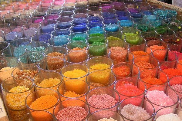 Бисер отличается большим разнообразием форм, оттенков и цветов