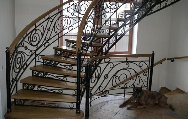 Среди преимуществ кованной лестницы следует отметить длительный срок службы