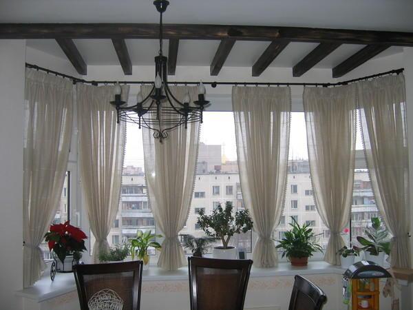 В объединенной с комнатой лоджии, дизайн штор не должен отличается от обшей концепции интерьера