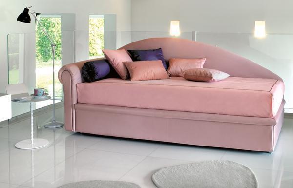 Кушетка со спальным местом очень функциональна, ведь она с легкостью может превратиться в полноценную кровать