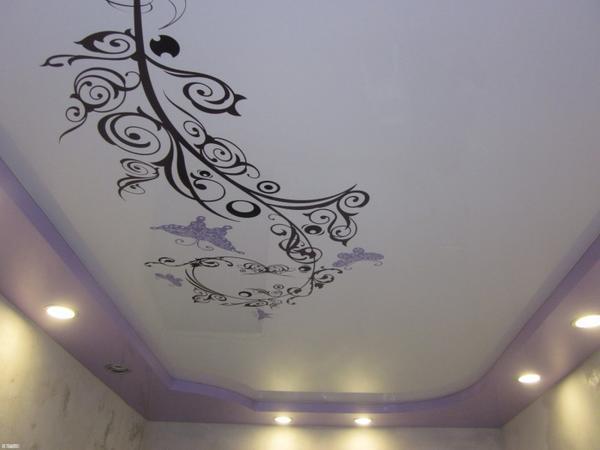С помощью виниловых стикеров можно быстро и без лишних финансовых затрат украсить натяжной потолок