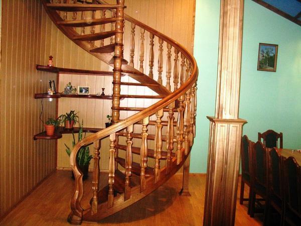 Сделать интерьер оригинальным и интересным вам поможет стильная вертикальная лестница из дерева