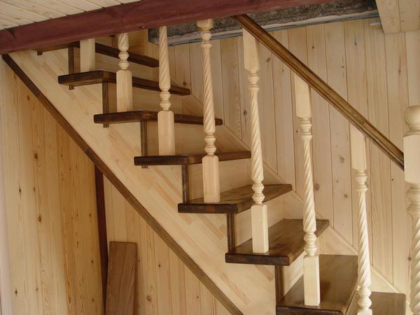 Лестницу из дерева можно покрасить как перед установкой, так и после