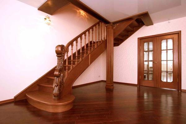 Красивая лестница в классическом стиле элегантно дополнит интерьер