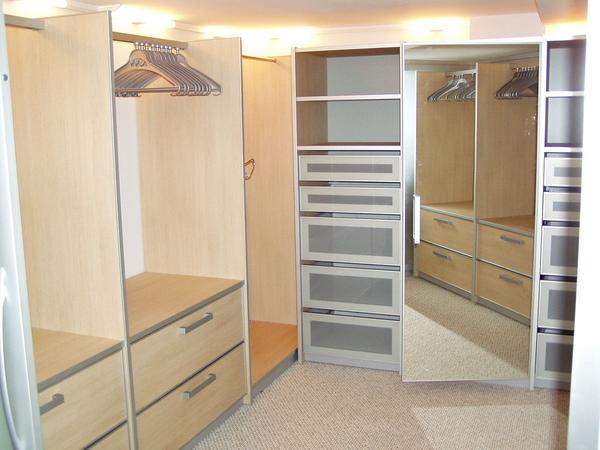 В небольшой гардеробной мебель рекомендуется разместить по периметру