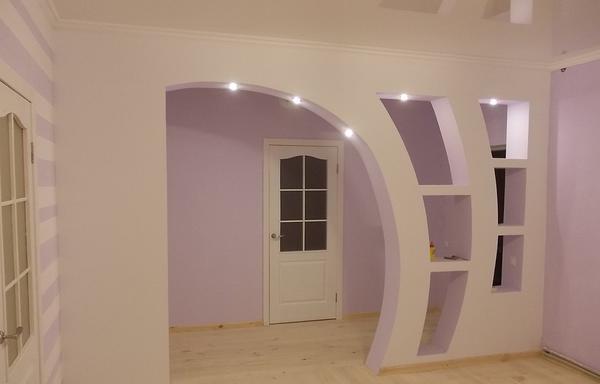 Отличным решением является оснащение арки точечными светильниками, которые обеспечат дополнительное освещение для зала