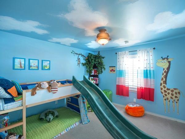 Голубые обои на потолке украсят комнату и сделают ее более оригинальной