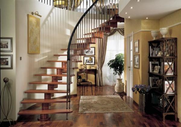 Согласно фен-шуй, лестница не должна быть расположена в центре помещения