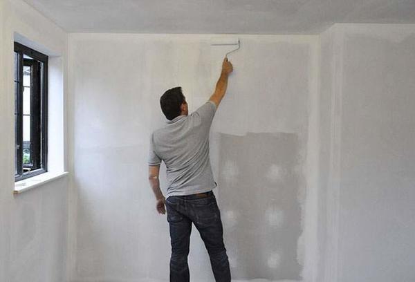 Если стена сделана из гипсокартона, то перед нанесением жидких обоев ее нужно дополнительно обработать грунтовкой