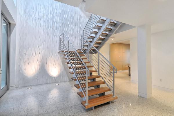 Лестница с железным каркасом хорошо вписывается в интерьер, выполненный в стиле модерн или хай-тек